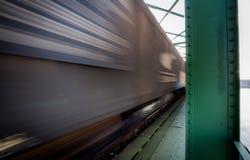 Fermez-vous vers le haut de la photo du train de fret dans le mouvement sur le pont Images libres de droits