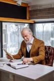 Fermez-vous vers le haut de la photo du vieux stylo de prise masculin de te du bureau pour écrire son idée Photo libre de droits