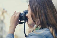 Fermez-vous vers le haut de la photo de la femme prenant la photo sur son digicam pour avoir des souvenirs heureux d'une vieille  photo libre de droits