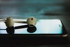 Fermez-vous vers le haut de la pile d'écouteur au téléphone dans le ton noir de couleur photo libre de droits