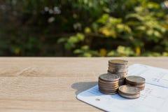 Fermez-vous vers le haut de la pile de pièces de monnaie d'argent Image libre de droits