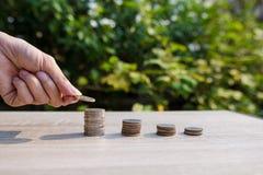 Fermez-vous vers le haut de la pile de pièces de monnaie d'argent Photos stock