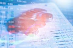 Fermez-vous vers le haut de la pile de pièces de monnaie d'argent Image stock