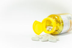 Fermez-vous vers le haut de la pilule de capsules sur le fond blanc Photos stock