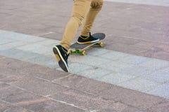 Fermez-vous vers le haut de la planche à roulettes de tours de patineur photographie stock