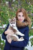 Fermez-vous vers le haut de la propriétaire heureuse de femme et du chien enroué dans le jour d'hiver Photos stock