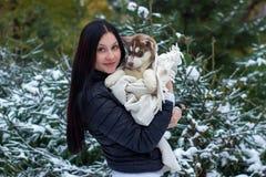 Fermez-vous vers le haut de la propriétaire heureuse de femme et du chien enroué dans le jour d'hiver Photo libre de droits
