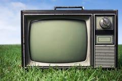 Fermez-vous vers le haut de la rétro TV sur l'herbe Photos stock