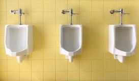Fermez-vous vers le haut de la rangée des hommes blancs extérieurs d'urinoirs sur le jaune du publ de mur Image libre de droits