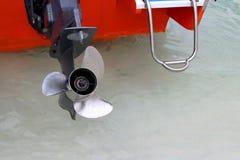 Fermez-vous vers le haut de la roue à aubes inoxydable de trois lames du canot automobile, ski de jet Photo stock