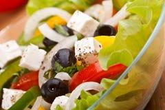 Fermez-vous vers le haut de la salade grecque saine Photo stock