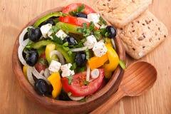 Fermez-vous vers le haut de la salade grecque saine Photo libre de droits