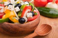 Fermez-vous vers le haut de la salade grecque saine Image libre de droits