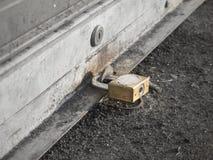 Fermez-vous vers le haut de la serrure principale sur la porte de volet avec le foyer sélectif de couleur, monochrome photographie stock libre de droits