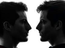 Fermez-vous vers le haut de la silhouette d'amis de frère jumeau d'hommes du portrait deux Images libres de droits