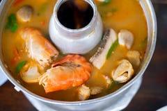 Fermez-vous vers le haut de la soupe épicée asiatique avec la crevette photographie stock