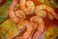 Fermez-vous vers le haut de la soupe aigre avec l'omelette de Pennata de crevette et d'acacia photographie stock