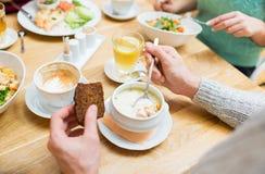 Fermez-vous vers le haut de la soupe mangeuse d'hommes pour le dîner au restaurant Image stock