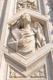 Fermez-vous vers le haut de la statue au portail des Di Santa Maria del Fiore de Cattedrale Photographie stock