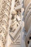 Fermez-vous vers le haut de la statue au portail des Di Santa Maria del Fiore de Cattedrale Photos stock