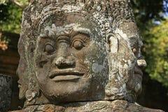Fermez-vous vers le haut de la statue, pont en porte de victoire, Angkor Thom Photos libres de droits