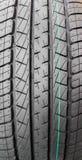 Fermez-vous vers le haut de la surface du pneu de voiture noir Photos stock