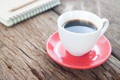 Fermez-vous vers le haut de la tasse de café sur la table en bois rustique, concept de mode de vie Photos libres de droits