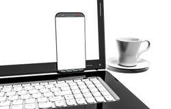Fermez-vous vers le haut de la tasse de café avec l'ordinateur portable et le téléphone portable d'isolement sur le fond blanc Images libres de droits
