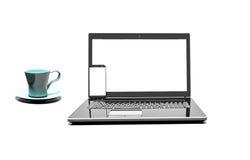 Fermez-vous vers le haut de la tasse de café avec l'ordinateur portable et le téléphone portable d'isolement sur le fond blanc Photo stock