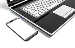 Fermez-vous vers le haut de la tasse de café avec l'ordinateur portable et le téléphone portable d'isolement sur le fond blanc Images stock