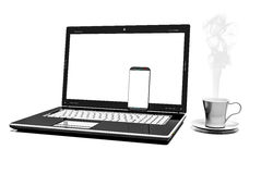Fermez-vous vers le haut de la tasse de café avec l'ordinateur portable et le téléphone portable d'isolement sur le fond blanc Image libre de droits