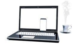 Fermez-vous vers le haut de la tasse de café avec l'ordinateur portable et le téléphone portable d'isolement sur le fond blanc Photographie stock