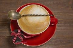Fermez-vous vers le haut de la tasse de café avec le cappuccino Photos stock