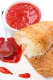 Fermez-vous vers le haut de la tasse de croissant de confiture de fraise Photo libre de droits