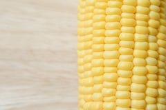 Fermez-vous vers le haut de la texture fraîche de maïs sur le fond en bois de table Photo libre de droits