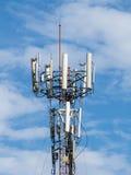 Fermez-vous vers le haut de la tour de télécommunication dans le ciel bleu Image libre de droits