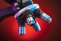 Fermez-vous vers le haut de la tourelle de microscope Photo stock