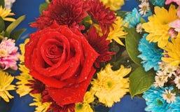 Fermez-vous vers le haut de la vente de bouquet de fleur fraîche pour le Saint Valentin au marché de produits frais Variété de fo Photos libres de droits