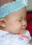 Fermez-vous vers le haut de la verticale d'un bébé asiatique Image libre de droits