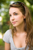 Fermez-vous vers le haut de la verticale d'un beau jeune brunette. Photographie stock libre de droits