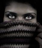 Fermez-vous vers le haut de la verticale de la femme avec des yeux de mystère Image libre de droits