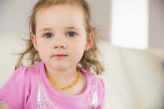 Fermez-vous vers le haut de la verticale de la petite fille mignonne photo stock
