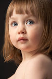 Fermez-vous vers le haut de la verticale de studio de la jeune fille triste photo libre de droits