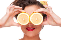 Fermez-vous vers le haut de la verticale du femme de beauté avec des yeux de citron Photo stock
