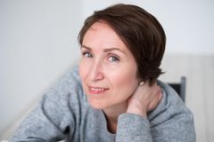 Fermez-vous vers le haut de la verticale du femme de sourire de Brunette Image stock