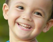 Fermez-vous vers le haut de la verticale du sourire de gosse de chemin mélangé Photo libre de droits