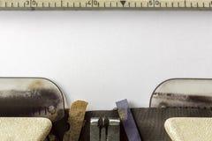 Fermez-vous vers le haut de la vieille machine à écrire avec la feuille de papier Photo libre de droits
