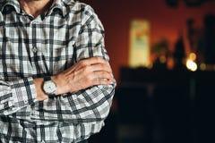 Fermez-vous vers le haut de la vieille montre de vintage sur la main de l'homme rayé Photos stock