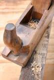 Fermez-vous vers le haut de la vieille planeuse en bois d'outil de charpentier Photos stock