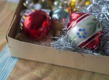 Fermez-vous vers le haut de la vieille rétro collection de décoration de Noël avec le chri rouge Image stock